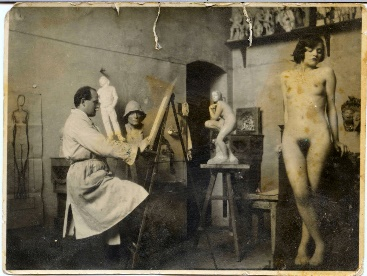 Arthur Fleischmann drawing from a nude model in his Vienna studio mid-1930s.